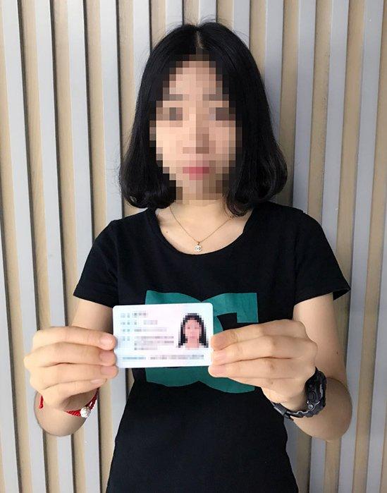 Bild von der für die Wesite verantwortlichen Person mit dem Personalausweis in der Hand